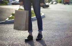 对与纸袋的女孩生态购物负手中 免版税图库摄影