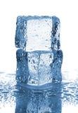 对与水下落的冰块 库存图片