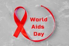 对世界的红色丝带了悟援助天概念 免版税库存图片