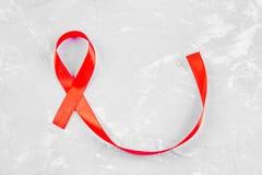 对世界的红色丝带了悟援助天概念 库存照片