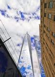 对世界贸易中心一号大楼和铁丝网的看法 库存图片
