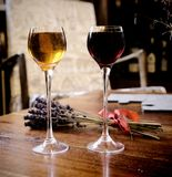 对两块玻璃用在木桌上的利口酒 免版税库存图片