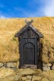 对中世纪北欧海盗小屋的入口 库存图片