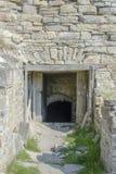 对中世纪城堡废墟的入口  免版税库存图片