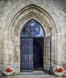 对中世纪教会的入口 免版税图库摄影