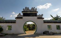 对中国庭院的传统月亮门 免版税图库摄影