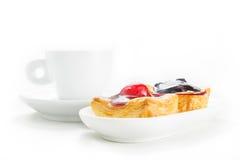 对丹麦面包店和咖啡杯 免版税图库摄影