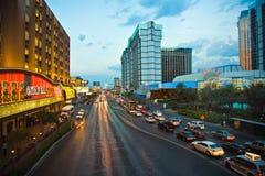 对主街上的视图在拉斯维加斯在夜间 免版税库存照片
