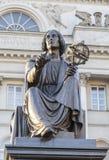 对了不起的科学家尼古拉斯哥白尼的纪念碑 免版税库存照片