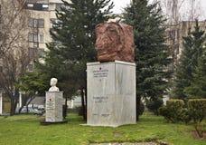 对二战的英雄的纪念碑在特拉夫尼克 达成协议波斯尼亚夹子色的greyed黑塞哥维那包括专业的区区映射路径替补被遮蔽的状态周围的领土对都市植被 库存图片