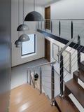 对二楼的楼梯在与金属栏杆的一栋现代公寓和与大吊灯的木步,黑白 向量例证