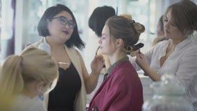 对于做发型、构成和修指甲在美容院的少妇 股票录像