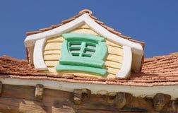 对于儿童公园顶房顶童话房子窗口  免版税库存照片