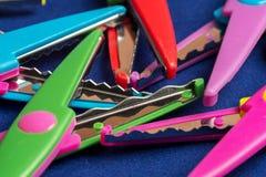 对于孩子` s艺术上色了削减的图纸,剪刀剪刀 库存图片