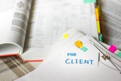 对于客户;堆与很多分析席子的文件 免版税库存照片