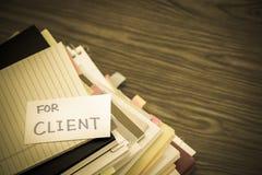 对于客户;堆在书桌上的商业文件 免版税图库摄影