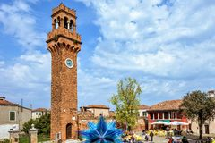 对五颜六色的蓝色Murano玻璃雕塑的白天视图 库存照片