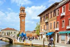 对五颜六色的蓝色Murano玻璃雕塑的白天视图 免版税库存照片