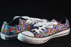 对五颜六色的运动鞋 免版税库存照片