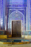 对亚兹德Jame清真寺的入口在晚上 免版税图库摄影
