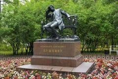 对亚历山大・谢尔盖耶维奇・普希金的纪念碑在Tsarskoye Selo (普希金) 免版税库存照片