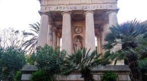 对亚历山大Ball先生的纪念碑在公园对亚历山大Ball先生的更低的Barrakka GardenMonument在公园更低的Barrakka庭院里 库存图片