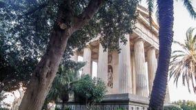 对亚历山大Ball先生的纪念碑在公园对亚历山大Ball先生的更低的Barrakka GardenMonument在公园更低的Barrakka庭院里 免版税库存图片