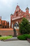 对亚当・密茨凯维奇的纪念碑圣安妮天主教会和Bernardine天主教会的在维尔纽斯 库存图片