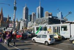 对交通的看法与在背景的现代大厦在街市墨尔本,澳大利亚 库存图片