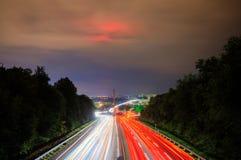 对交通的长期照射在一条高速公路在晚上 免版税库存照片