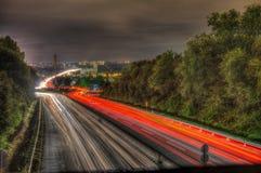 对交通的长期照射在一条高速公路在晚上 库存图片