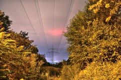 对交通的长期照射在一条高速公路在晚上 免版税库存图片