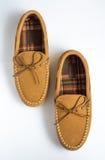 对交错排列的鹿皮鞋拖鞋顶视图 免版税库存照片