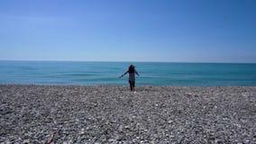 对享受夏天休假的海水和上升胳膊的女性赛跑 影视素材