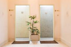 对人和夫人洗手间的入口 图库摄影