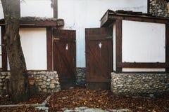对人` s的被放弃的入口和妇女在老咖啡馆的` s洗手间 免版税图库摄影