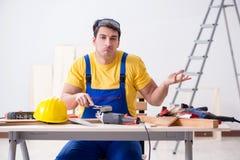 对他的工作失望的地板安装工 免版税库存图片
