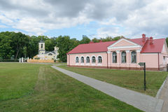 对伊万・谢尔盖耶维奇・屠格涅夫博物馆庄园的入口  图库摄影