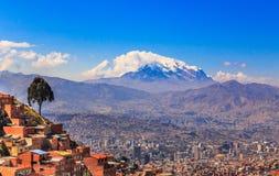 对伊宜马尼峰峰顶充分雪盖帽和谷的看法居住 免版税库存照片