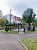 对伊扎克・拉宾的纪念碑-以色列的总理-建立与两面旗子,以色列和罗马尼亚,在公园  库存图片