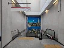 对伊斯坦布尔地铁车站的入口由与加拉塔石塔美好的壁画的自动扶梯在墙壁上的 库存照片