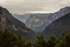 对优胜美地瀑布的壮观的看法在优胜美地国民 库存图片