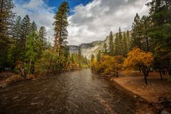 对优胜美地瀑布的壮观的看法在优胜美地国民 图库摄影
