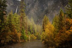 对优胜美地瀑布的壮观的看法在优胜美地国民 免版税库存图片