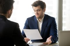 对伙伴提议失望的商人 免版税库存照片