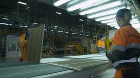 对传动机女工的行动折叠木盘区 影视素材