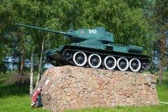 对传奇苏联坦克T-34的一座纪念碑在词条到市Staraya里Russa,俄罗斯 图库摄影