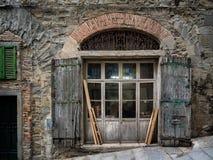 对传统木匠车间,科尔托纳托斯卡纳的入口 库存图片