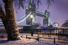 对伦敦塔桥梁的看法在一个冷的冬天晚上 图库摄影