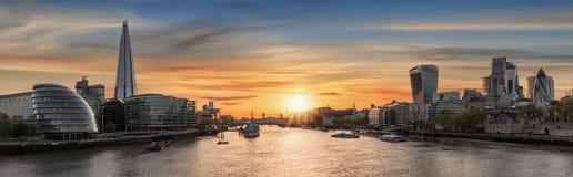 对伦敦skylne的看法在日落时间 免版税库存图片